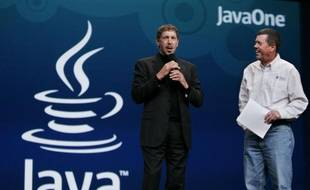 Le PDG d'Oracle, Larry Ellison (gauche) lors du rachat de Sun Microsystems (inventeur de la technologie java), en 2009.