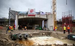 Pour la future gare Rosa Parks, sur le RERE, un passage piéton souterrain est glissé sous les rails pendant le terrassement.