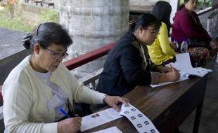 Préparatifs dans un bureau de vote avant le début des élections municipales à Rangoun, le 27 décembre 2014