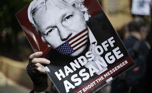 Des soutiens de Julian Assange manifestent devant un tribunal à Londres.