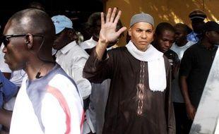 Le fils et ancien ministre de l'ex-président sénégalais Abdoulaye Wade, Karim Wade, dont la fortune est évaluée à plus d'un milliard d'euros par une cour spéciale qui le soupçonne d'enrichissement illicite, a passé sa première nuit en garde à vue dans une gendarmerie de Dakar.