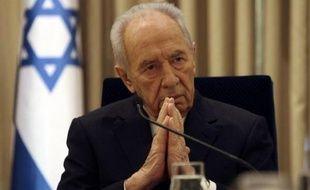 Le président israélien Shimon Peres a cherché dimanche à rassurer l'Union européenne et la communauté internationale en affirmant que le prochain gouvernement dirigé par le faucon Benjamin Netanyahu poursuivrait le processus de paix avec les Palestiniens.PHOTO/POOL/Ronen ZVULUN