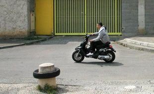 Un jeune sans casque sur un scooter. Archive   Prevention routiere.