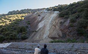 La verse de Narteau, où est stockée plusieurs tonnes d'arsenic, se trouve juste au-dessus du Gresillou. Les habitants demandent sa dépollution.
