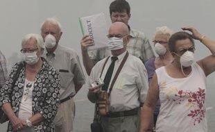 Des touristes se protègent de la fumée des incendies à Moscou en Russie, le 6 août 2010.