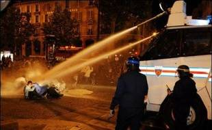 Les forces de l'ordre ont chargé dimanche soir à coups de grenades lacrymogènes, place de la Bastille à Paris, des manifestants anti-Sarkozy qui leur lançaient pavés et projectiles.