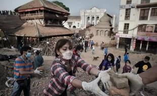 Des Népalais nettoient les décombres dans les rues de Katmandou, sur la place Basantapur Durbar, le 1er mai 2015