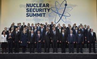 """Photo de famille des dirigeants du monde autour du président américain Barack Obama pour le sommet de la """"sûreté nucléaire"""" à Washington le 1er avril 2016"""