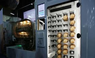 BreadBot, la machine mélange les ingrédients, pétrit la pâte et cuit jusqu'à 235 miches par jour.