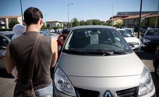 Un parc de véhicules d'occasion, avenue des Etats unis. Toulouse. Illustration voiture, achat.