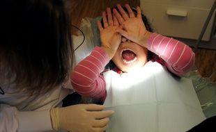 Un enfant lors d'un examen chez le dentiste. (Illustration)