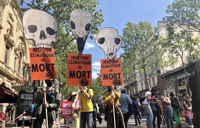 Des militants d'Extinction rébellion étaient présents à la marche pour le climat ce 9 mai 2021.