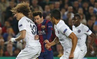 Lionel Messi au milieu de trois parisiens, le 21 avril 2015