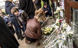 Des riverains déposent bouquets et gerbes de fleurs à l'entrée de la patinoire de Dunkerque, après la mort d'un jeune spectateur touché par un palet, le 2 novembre 2014