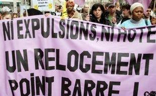 De 900 à 3.000 voire 4.000 personnes selon la police ou les organisateurs, ont manifesté samedi à Paris en faveur du droit au logement à la veille de la fin de la trêve hivernale des expulsions locatives.