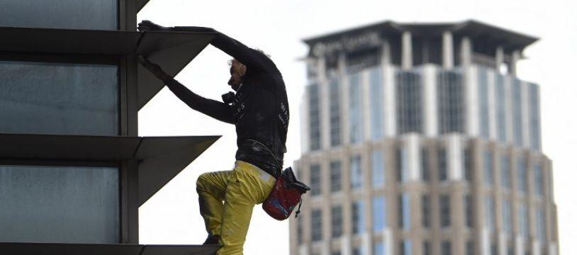 Alain Robert en triain de grimper un gratte-ciel à Manille, le 29 janvier 2019.
