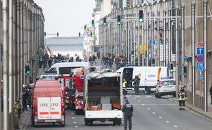Les services de secours sont près de la station Maelbeek à Bruxelles après une explosion dans le métro, le 22 mars 2016.