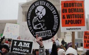 La Cour suprême des Etats-Unis a accepté lundi d'étudier un litige portant sur l'interdiction faite aux militants anti-avortement de manifester près des cliniques pratiquant des interruptions volontaires de grossesse dans le Massachusetts (nord-est).