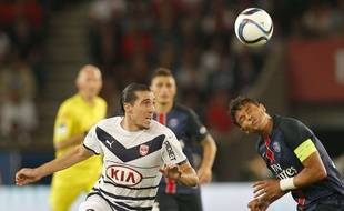 Le Girondin Enzo Crivelli (à g.)à la lutte avec le Parisien Thiago Silva (à d.) lors du match PSG-Bordeaux joué le 11 septembre 2015.
