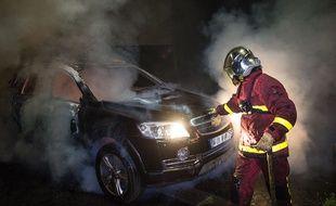 Un pompier intervient sur un incendie de voiture (illustration).