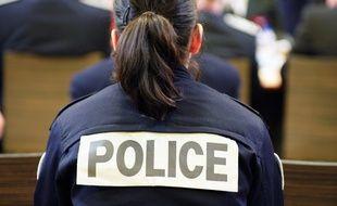 Agent de police nationale à l'intérieur du quartier des femmes au centre pénitentiaire des Baumettes.