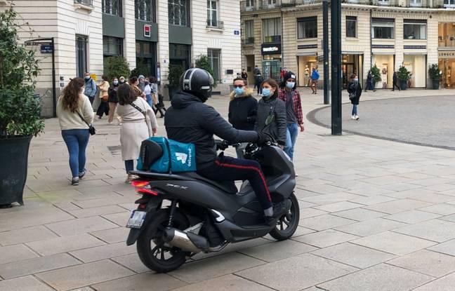 Un livreur Deliveroo place Royale à Nantes.