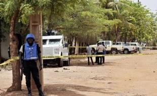 Des soldats de la force de maintien de la paix de l'ONU sur le site où un homme a ouvert le feu, le 20 mai 2015 à Bamako