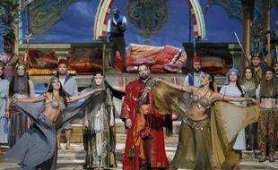 """La soprano américaine (g) Erin Morley qui joue Constanze et le basse autrichien Jurgen Maurer (c) qui interprète Selim, lors d'une répétition le 13 octobre 2014 de """"L'enlèvement au sérail"""" de Mozart, sur la scène de l'Opéra Garnier à Paris"""