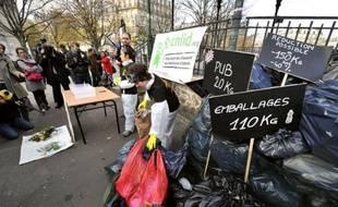 """Bouteilles en plastique, dosettes en aluminium, suremballages en carton: voilà autant de """"déchets évitables"""", selon le Centre national d'information indépendante sur les déchets (Cniid), qui a organisé samedi une """"autopsie de nos poubelles"""", place de la Nation à Paris."""