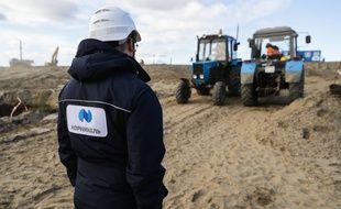 Un salarié de l'entreprise Nornickel, le 15 juin 2020 près de Norilsk, dans l'Antarctique russe, lors d'une opération de nettoyage après le déversement de 21.000 tonnes de carburant d'un réservoir d'une centrale thermique appartenant à Nornickel dans une rivière voisine (Photo illustration).