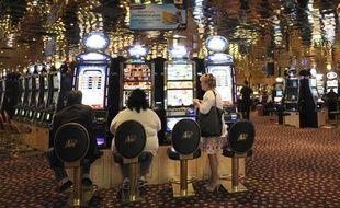 Des clients jouent dans la salle des  machines à sous du Casino Partouche d'Aix-en-Provence,  le 18 avril 2011.
