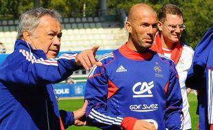 Henri Emile, intendant de l'équipe de France de football, avec Zinedine Zidane, lors de la préparation des Bleus aux matchs contre la Biélorussie et la Bosnie-Herzégovine, le 1 septembre 2009.