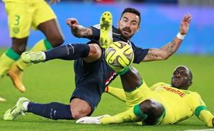 Lavezzi au duel avec Cissokho lors du match entre le PSG et Nantes le 6 décembre 2014.