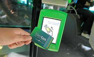 La carte se composte sur les bornes installées à l'avant des trams et bus.