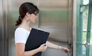 Illustration d'une femme prenant l'ascenseur.