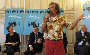 Le chanteur et navigateur Antoine devant Chantal Jouanno et Jean Louis Borloo, lors de la conférence de presse présentant le Grenelle de la mer.