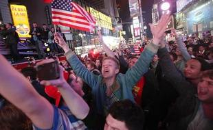 Des New-Yorkais manifestent leur joie à Time Square après l'annonce de la mort de Ben Laden par le président américain Barack Obama le 2 mai 2011.
