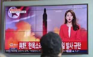 Un homme regarde un reportage télévisé sur le lancement du missile nord-coréen à la gare de Séoul, en Corée du Sud, le dimanche 12 février 2017.