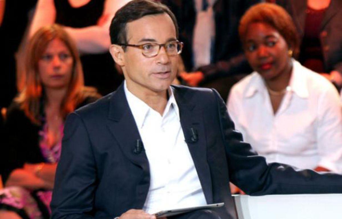Jean-Luc Delarue dans sa nouvelle émission, «Réunion de famille», diffusé à partir du 6 septembre sur France 2 – Charlotte schousboe/ France télévisions.
