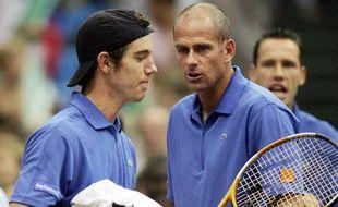 Richard Gasquet, le capitaine de l'équipe de France de Coupe Davis Guy Forget et Mickaël Llodra (au fond), le 17 juillet 2005 à Moscou.