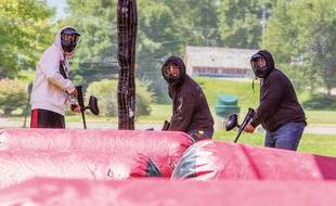 Trois hommes participent à une partie de Paintball (photo d'illustration).