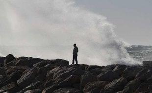 Le pêcheur a été emporté par une vague.