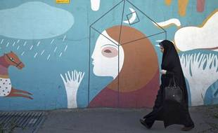 Une femme dans les rues de Téhéran