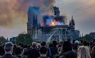 L'émotion collective devant la Cathédrale Notre-Dame de Paris en feu le 15 avril 2019.