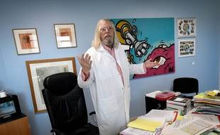 Le professeur Didier Raoult, dans son bureau de l'IHU à Marseille.