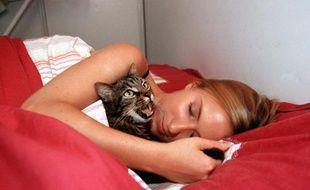 Femme dormant avec son chat.