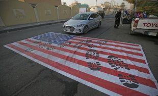 Un faux drapeau américain posé sur le sol à Bagdad, le 3 janvier 2020, à la suite de la nouvelle de la mort du commandant Soleimani.