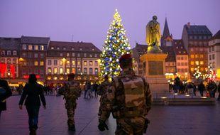 Des militaires de l'opération Sentinelle patrouillent dans les allées du marché de Noël de Strasbourg