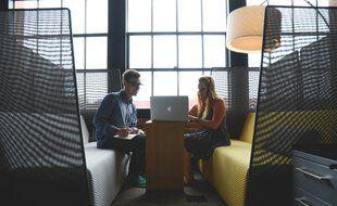 En Flex office, les salariés n'ont pas de poste attribués. Ils s'installent en fonction des besoins.