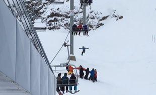 Le garçons de 11 ans est resté suspendu au télésiège 7 min, avant de pouvoir sauter sur une bâche apportée par des skieurs.